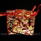 Mažas organzos maišelis raudonos spalvos su rožių ornamentu 5,5x7 cm